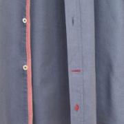 Detailverliebtes Hemden Design mit Kontrasten und Stickerei